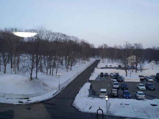 ホテルの部屋から見た北海道ニセコの景色♪まだまだ雪がたくさん残ってますね!ホテルにはスノボーやスキーをしに来ている方がたくさん♪