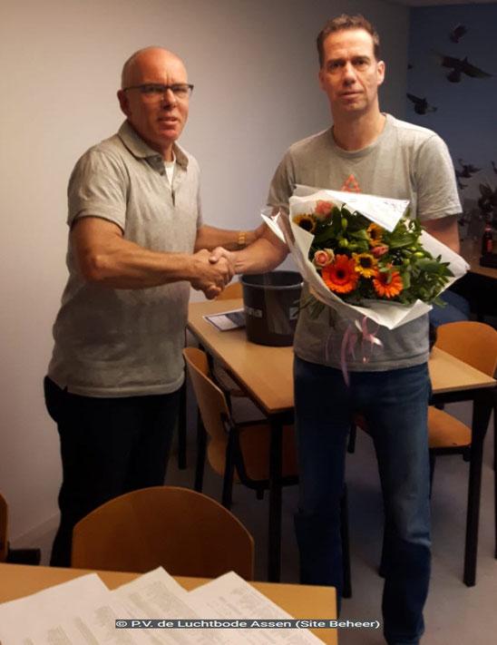 De bloemen voor de 1e prijs gaan dit weekend naar vluchtwinnaar Edwin Schuiling