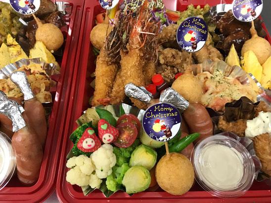 2018年のクリスマスオードブルの写真で、エビフライやチーズドック、チキン南蛮等が入っている