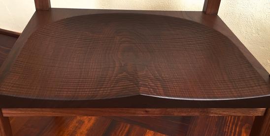 座面は3枚接ぎですが1枚の板に見える様出来上りを予測 木目に合わせ接ぎ合わせます。座面は手鉋による鉋目仕上げです。
