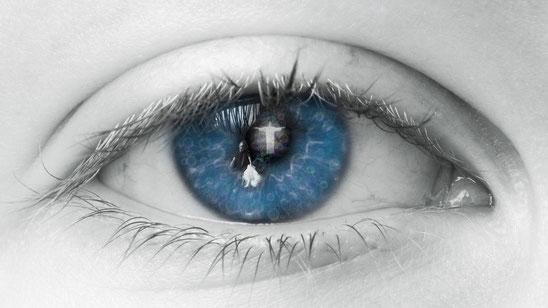 Auge, Wimpern, Vertrauen in Gott, Glaube an das Gute, blaues Auge, Optimismus, Blick zum Positiven,