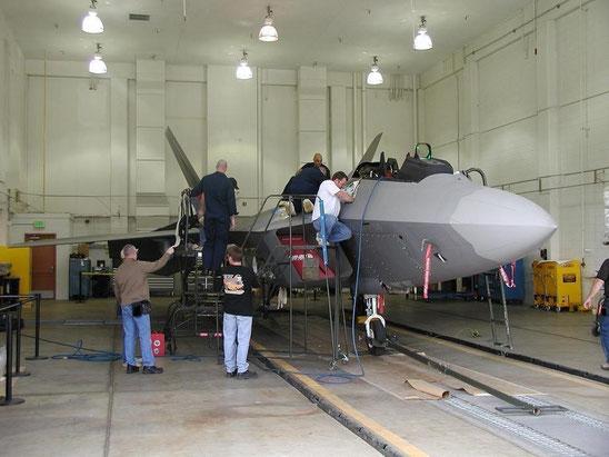 Tecnici del 309Th Aircraft Maintenance Group al lavoro alla Ogden ALC / © USAF