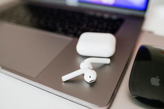 黄色のチューリップ。コーヒーの入ったマグカップ。