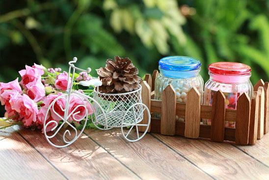 オフィス内の窓辺に駐輪しているマウンテンバイク。傍らに観葉植物のグリーン。