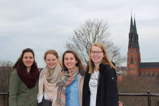 Matea Renic, Maris Lohmöller, Raphaela Polk und Anne Hemken vorm Dom in Uppsala