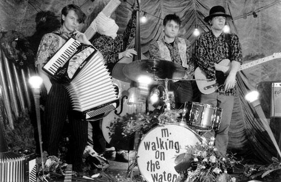 """Die Band selbst bezeichnete anfangs ihren akustiklastigen Sound als """"Short-Distance-Psycho-Folk"""". Hier eines der ersten Pressebilder von 1988, als die Krefelder mit ihrem tollen Debütalbum überraschten."""