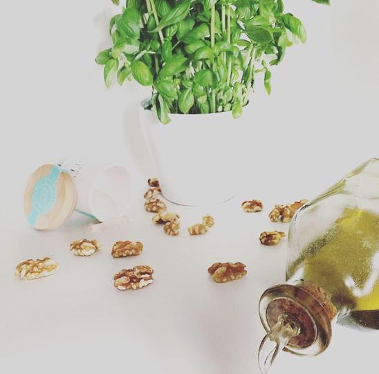 Pesto Olivenöl Walnüsse Basilikum