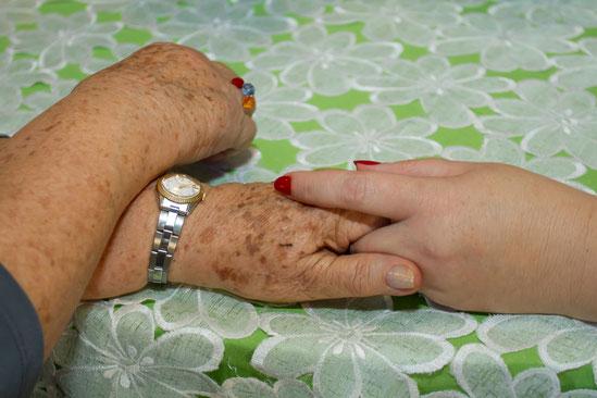 mãos que acariciam, auxiliam e realizam muito