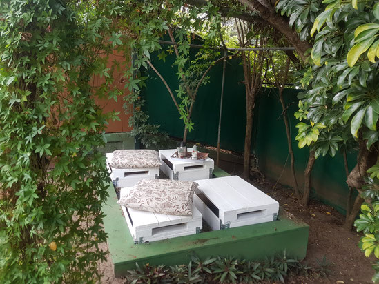 Ein guter Ort für ein Gespräch: die gemütliche Ecke in unserem Garten hinter dem Gemeindehaus.