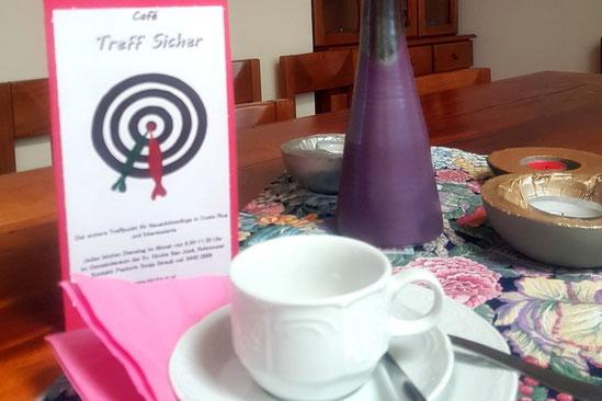 Foto von Café Treffischer: Gedeckter Tisch und Flyer.