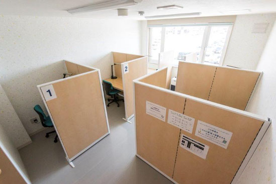 枝幸町にある子育てサポート拠点施設にじの森の学習室は、集中して勉強をすることができます。