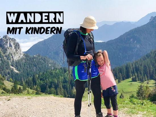 Mitter und Tochter in den Bergen beim Wandern.