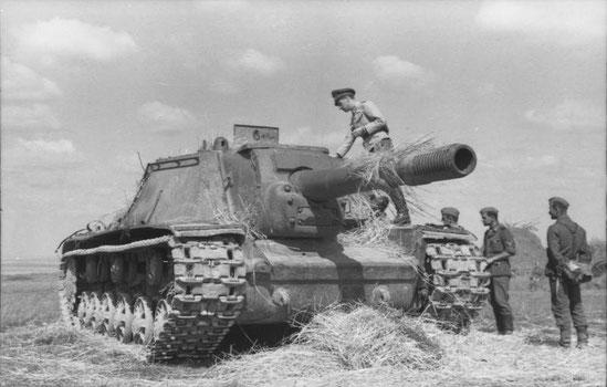 Les SU-152, à l'allure impressionnante, sont une véritable surprise pour les allemands