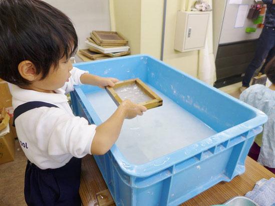 幼児教室紙漉き体験・紙漉き
