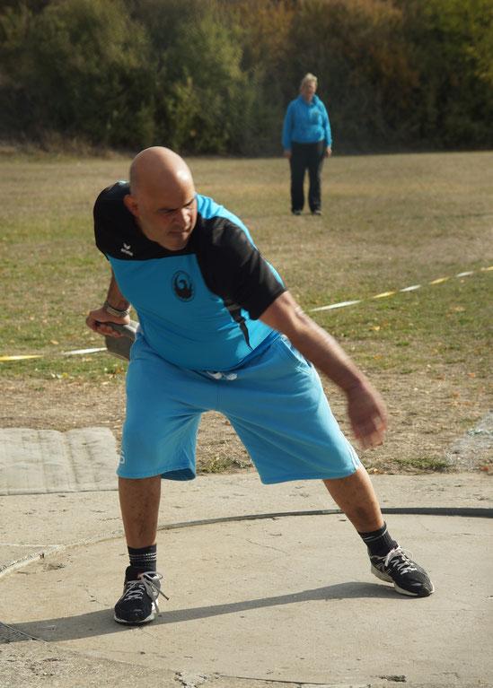 Der ehemalige Spitzenkampfsportler Cliffton Aßmann mit voller Energie.