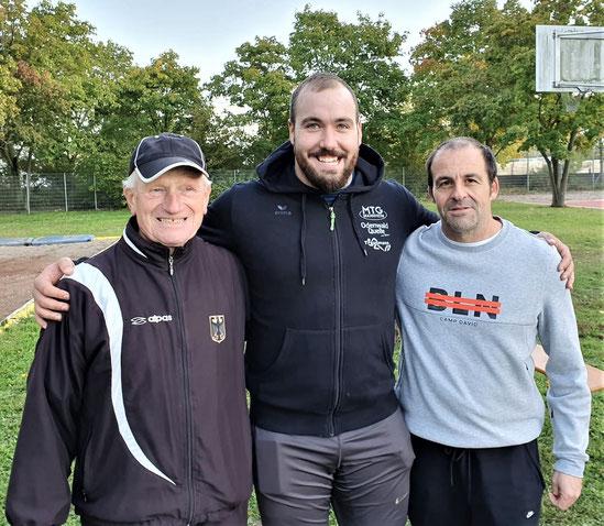Die Ausrichter Kurt Büttler (links) und Stefan Münch (rechts) rahmen Bob Bertemes ein.
