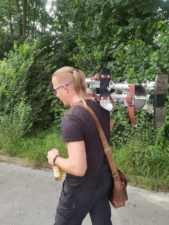 Wir gehen jetzt noch ein bisschen Stelzen üben. Borstie hilft mir und trägt die Stelzen zum Trainingsplatz.