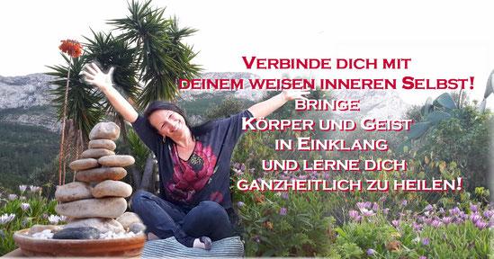 Eine glücklich strahlende Kerstin, beide Hände in den Himmel gestreckt, neben einem Steinmännchen und vor der wundervollen Bergkulisse des Montgo in Denia
