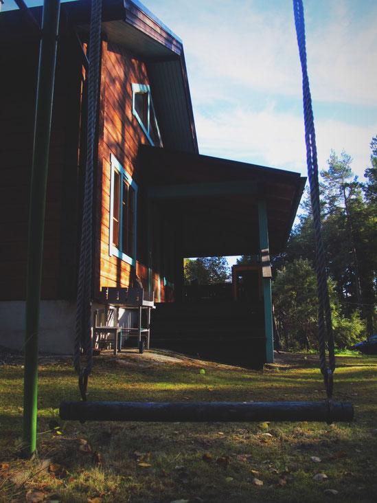 bois cabane balançoire ciel bleu