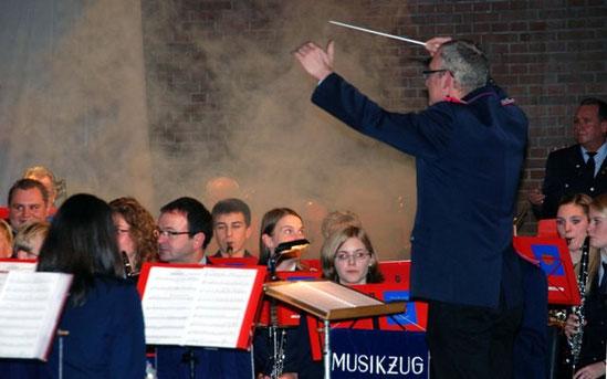 """2012: Kameraden der Freiwilligen Feuerwehr verwandeln die Bühne bei """"Backdraft"""" in einen Einsatzort"""