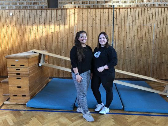 Bild zeigt die beiden Übungsleiterinnen mit Turnerin Zoé