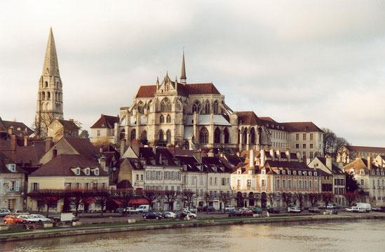 Vue sur la ville d'Auxerre depuis une rive de l'Yonne (source: Calips)