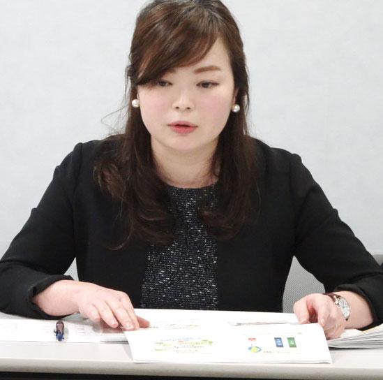 閉廷後の記者会見でプレゼン内容を解説する安田知央弁護士(大阪弁護団)
