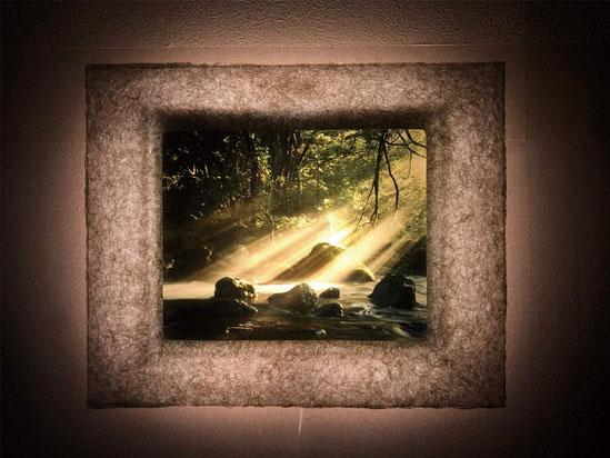 背面のLEDが作品を幻想的に照らします