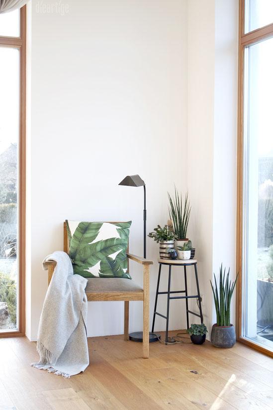 dieartigeBLOG - Dekoration mit Grünpflanzen, Leseecke, Sessel, Dschungelkissen, Metallhocker, Bogenhanf