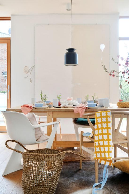 dieartigeBLOG - Ostern -- Tischdekoration; hell und schlicht mit fröhlichen Farbtupfern, Gubi-Leuchte, Leinwand-dieartige, Wishbone-Chair + vintage Z-Chair
