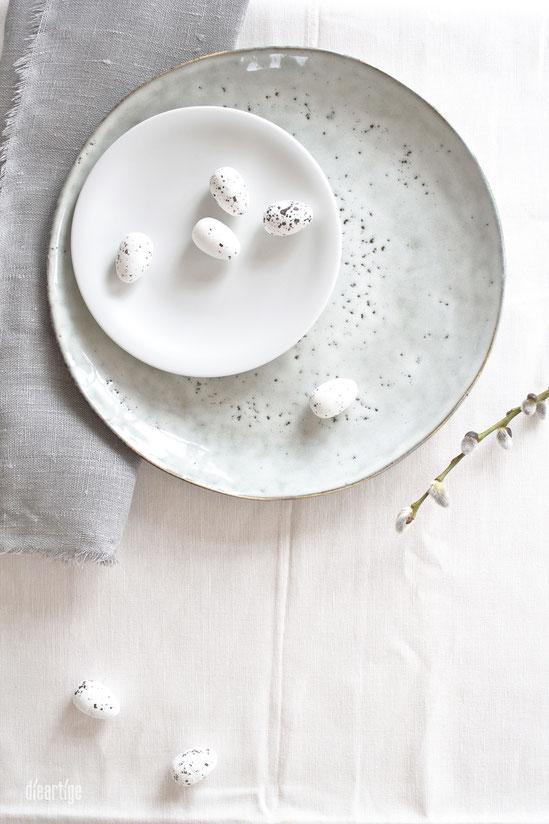 dieartigeBLOG - Rustikale ungleichmäßige & weiße glatte matte Teller mit Leinen