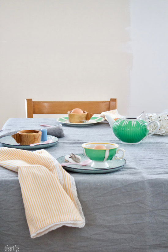dieartigeBLOG - Oster//Frühlings-Tischdekoration | Handgefertigte Keramik, grün-weißes Porzelan, Leinen, gelb-weiß-gestreifte Servietten
