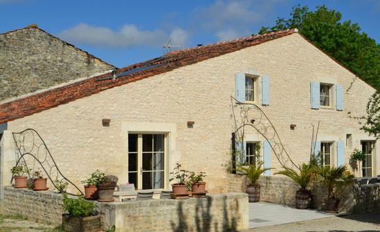Deux terrasses carrelées et fleuries - ombre et ensoleillée