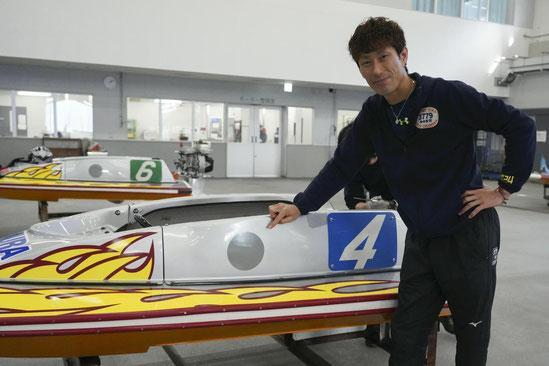 ボートに貼り付けられた円形の反射板にレーザーを照射してタイムを計測する(モデルは原田幸哉選手)