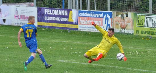 Lukas Koets trifft zum 2:0 für den VfL. TuS-Torwart Alexander Bartels kann nicht mehr eingreifen.