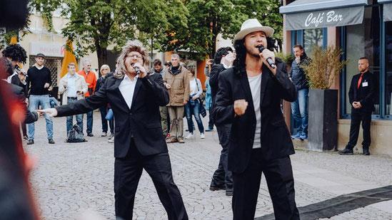Live-Act auf dem Römerpaltz: Der heitere Esprit des Festivals dringt in die Fußgängerzone ein.