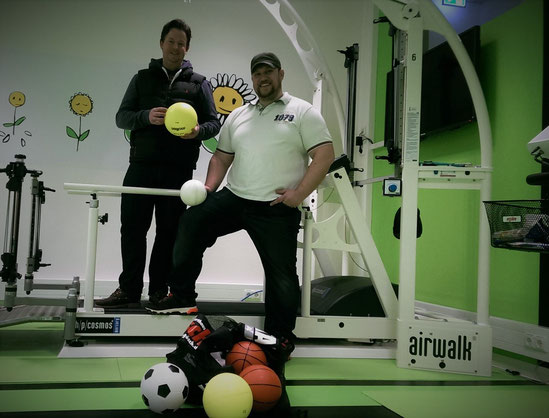 Ballschul-Chef Florian Schmidt (re.) überreicht die Ballspende an Sportwissenschaftler Torge Wittke