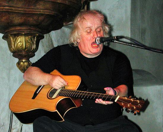 Auftritt der Rocklegende Kevin Coyne. Er hatte sich seitlich der Bühne unter der Kirchenkanzel postiert. Foto: Miche Hepp