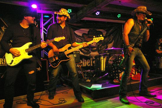 Rebel Guns aus Biberach machten mit ihrem Mix aus Southernrock und sleazigem Heavy-Sound schon mal vorab ordentlich Stimmung.