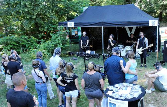 """Die südbadische Band Von Welt bei einem ihrer """"stillen Konzerte"""" auf dem Bonfelder Festivalgelände."""