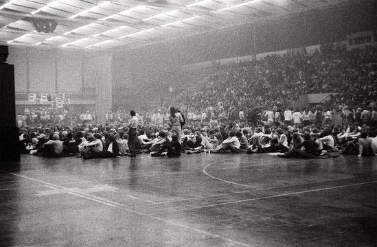 """Die Ravensburger Oberschwabenhalle am 6. Juni 1971 beim Konzert der britischen """"Super-Group"""" Emerson Lake & Palmer. Im selben Jahr rockten hier auch die damals populären Hardin & York. Foto: Johannes Angele"""