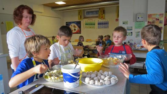"""Konzentriert bei der Sache: Kinder der Villinger Südstadtschule bereiteten gemeinsam ein Frühstück zu. Der Lions-Club begann damit sein neues Projekt """"Kochen macht Spaß"""". Foto: Piro"""