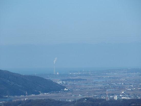 福井臨港の火力発電所とその右奥に東尋坊タワーも
