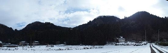 大正寺集落から見る丹波岳                                          一番右端の山が丹波岳、左端の鞍部が榎坂峠です