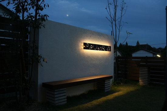 愛知 エクステリア&ガーデンリフォーム 夜のお庭 パネル裏に仕込んだLEDがおしゃれな空間を演出します