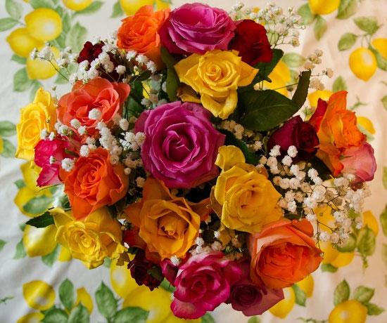 Mit diesem Blumenstrauß wollen wir Euch Freude an Euerem Ehrentag schenken