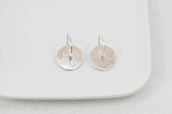 créoles en argent et plaque martellée / earrings sterling silver and hammered round plate