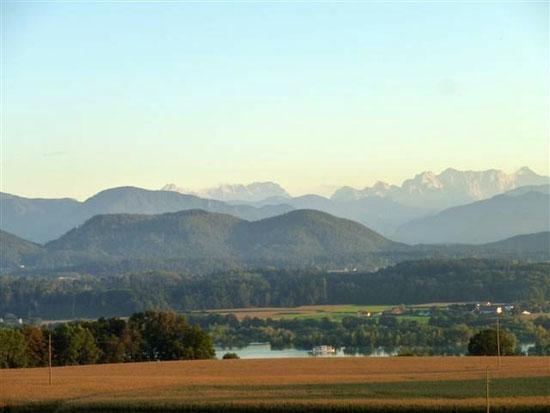 Blick über den Stausee auf die Steiner Alpen