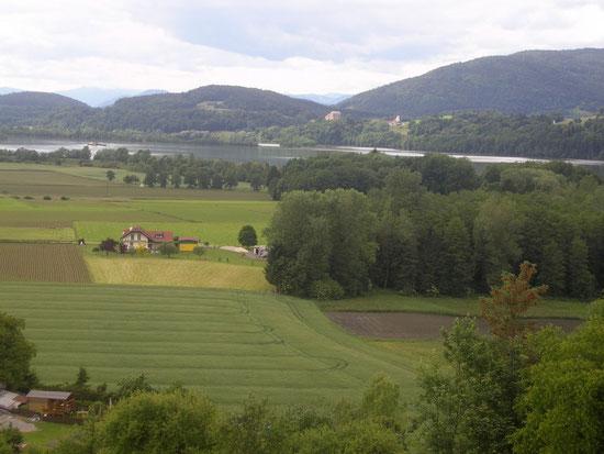 Blick über den Völkermarkter Stausee auf Neudenstein