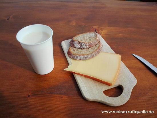 Alpe Hündle, Pause auf der Alpe, Käsebrot mit Milch
